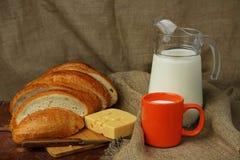 Stilleben med mjölkar och panerar Arkivfoto