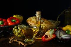 Stilleben med olivolja, grönsaker och bröd Arkivbilder