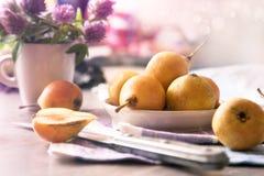 Stilleben med päron och blommor Royaltyfri Bild
