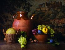 Stilleben med päron och druvor royaltyfri fotografi
