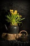 Stilleben med påskliljar och teapoten royaltyfri fotografi