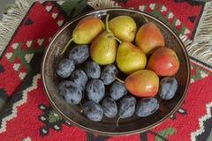 Stilleben med plommoner och päron royaltyfri foto