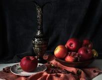 Stilleben med röda äpplen, forntida tillbringare, träbunke, briar, guld Arkivfoton