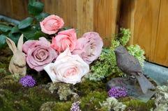 Stilleben med rosa färger av rosen och keramisk murbruk för kanin beside Royaltyfria Foton