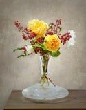 Stilleben med rosor och bär Arkivbild