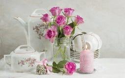 Stilleben med rosor och disk Royaltyfria Bilder