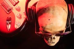 Stilleben med skallen och den elektriska gitarren Royaltyfri Foto
