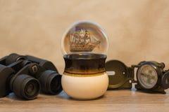 Stilleben med skeppet, kikare, kompasset och koppen Royaltyfri Bild