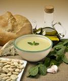 Stilleben med soppa, olivolja och bröd Medelhavs- kokkonst Den nya och saftiga skinka- och melonsunen formade bakgrund Royaltyfria Foton