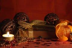 Stilleben med stearinljuset och mandarinesna. arkivfoto