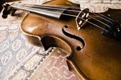 Stilleben med tappningfiolen Closeup av den gamla träfiolen Stringed musikinstrument på abstrakt bakgrund Arkivfoto