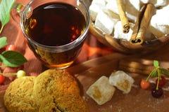 Stilleben med te, orientaliska sötsaker, körsbär och kanel fotografering för bildbyråer