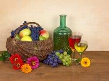 Stilleben med vin, bär frukt och blommar Royaltyfri Bild