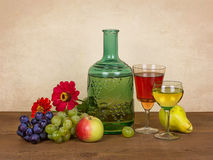Stilleben med vin, bär frukt och blommar Arkivbild