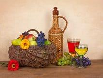 Stilleben med vin, frukter och blomman Arkivfoto