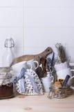 Stilleben med vit hjärta, koppar, bestick, kakor och jordkaffe på kafé kontrar Träyttersida, kopieringsutrymme Royaltyfria Bilder