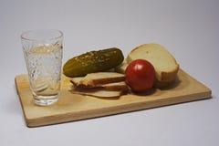 Stilleben med vodka och mellanmålet Arkivfoto