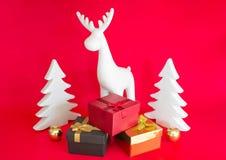 Stilleben på en röd bakgrund bild för askkontrollgåva min liknande portfölj Vit hjortar och julgran royaltyfria bilder