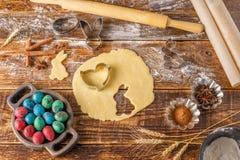 stilleben på en träbakgrund Bakelse för kakor med figurerade former för påskbakning Royaltyfria Foton