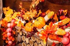 Stilleben som består av orange sidor, höstbär och veget Fotografering för Bildbyråer