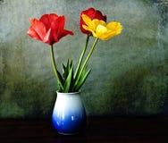 Stilleben tre tulpan i porslinvas Royaltyfri Fotografi