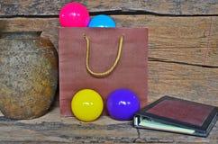 Stillebenbild av den bruna pappers- påsen av den kulöra bollen Arkivfoto