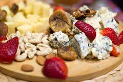 Stillebenbild med georgisk ost och jordgubbar Royaltyfri Foto