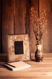 Stillebenbildramar, vaser, torkade vanliga minnen för rosa anteckningsbokbegrepp Arkivbild