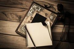 Stillebenbildramar, vaser, torkade vanliga minnen för rosa anteckningsbokbegrepp Arkivfoton
