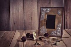Stillebenbildramar, vaser, torkade vanliga minnen för rosa anteckningsbokbegrepp Royaltyfri Fotografi