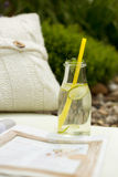 Stillebencloseup av en gullig glasflaska med den uppfriskande drinken arkivbild