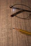 Stillebenfoto av en tidning med aktiemarknaddata Arkivfoto