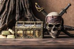 Stillebenfotografi med piratkopierar skallen Arkivfoto