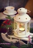 Stillebeninredetaljer, kopp kaffe och stearinljus royaltyfri bild