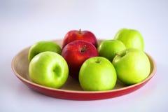 Stillebenordning av äpplen på ett träuppläggningsfat Arkivbilder