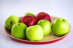 Stillebenordning av äpplen på ett träuppläggningsfat Royaltyfri Foto
