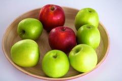 Stillebenordning av äpplen på ett träuppläggningsfat Arkivfoton