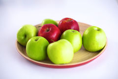 Stillebenordning av äpplen på ett träuppläggningsfat Arkivbild