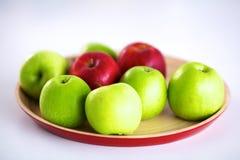 Stillebenordning av äpplen på ett träuppläggningsfat Royaltyfri Bild