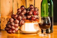 Stillebenrött vinflaska och exponeringsglas Royaltyfria Bilder