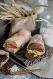 Stillebensmörgås av bröd med skinka royaltyfria foton