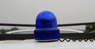 Stilles Blitzlicht Blauer Fahrzeug-Polizei-Röhrenblitz, der grelles Warnlicht dreht Stockfotografie