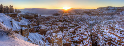 Stilles Stadt-Winter-Sonnenaufgang-Panorama stockfotos