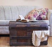Stilleven binnenlandse details, boek en kop thee op oude boomstam Royalty-vrije Stock Foto's