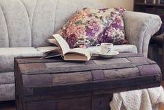 Stilleven binnenlandse details, boek en kop thee op oude boomstam Stock Fotografie