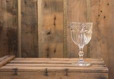 Stilleven buitensporig glas op houten doos Royalty-vrije Stock Foto's