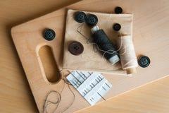 Stilleven diverse naaiende toebehoren aan boord Stock Foto