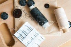 Stilleven diverse naaiende toebehoren aan boord Stock Afbeelding
