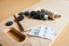 Stilleven diverse naaiende toebehoren aan boord Stock Fotografie