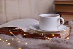 Stilleven een kop thee met een open boek op een houten lijst, het concept behaaglijkheid en lezing, de Comfortabele vrije tijd va stock foto